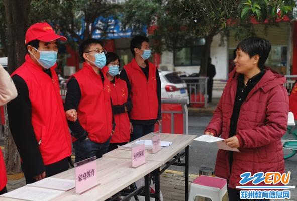 党员志愿者开展咨询服务活动